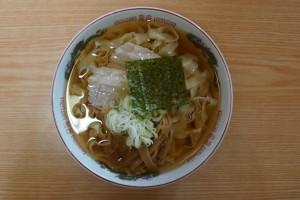 ▲スープをしっかりと持ち上げてくれる平打ち麺は食感も風味も良いですね。